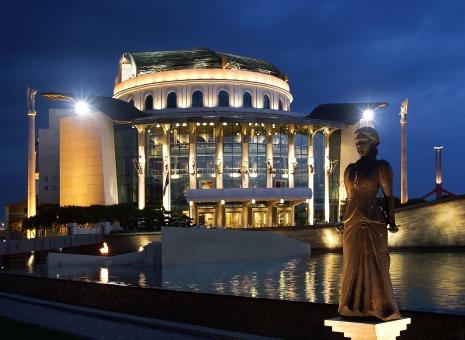 """România, acuzată de măsuri """"anti-maghiare"""" dar politicieni maghiari sunt scandalizaţi de sărbătorirea  Zilei Naţionale a României la Teatrul din Budapesta"""