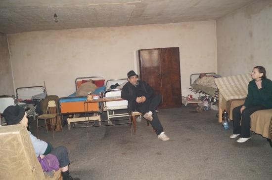 Un angajat al DSPL Carei ia mâncarea de la Cantina Socială pentru locatarii de la Adăpostul de noapte