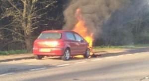 Maşină în flăcări  spre Petreşti