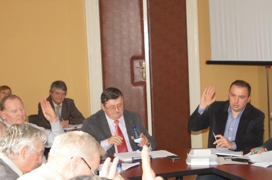 Alianţa UDMR- PSD-ALDE din  Consiliul Local   votează împotriva asfaltării  străzilor de pământ. Documente neconforme