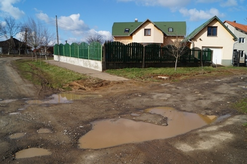 Strada Văcărescu, domnule primar! De ce nu doriţi asfaltarea ei?