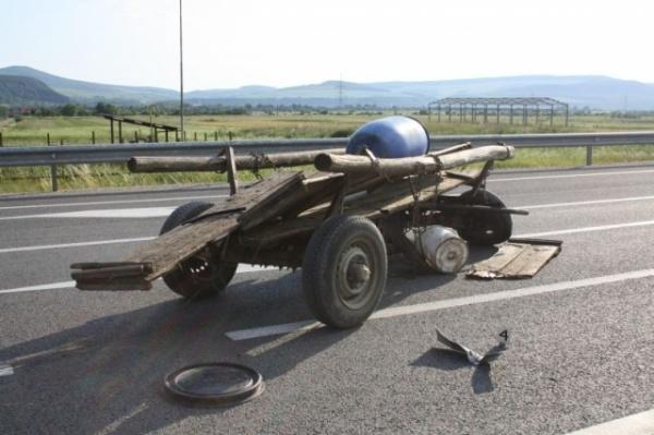 Un şofer din Ungaria a lovit o căruţă cu TIR-ul şi a părăsit locul accidentului