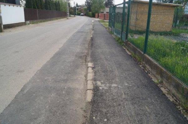 Asfaltarea trotuarelor – 5 borduri la vedere şi 6 acoperite, alte 3 la vedere….