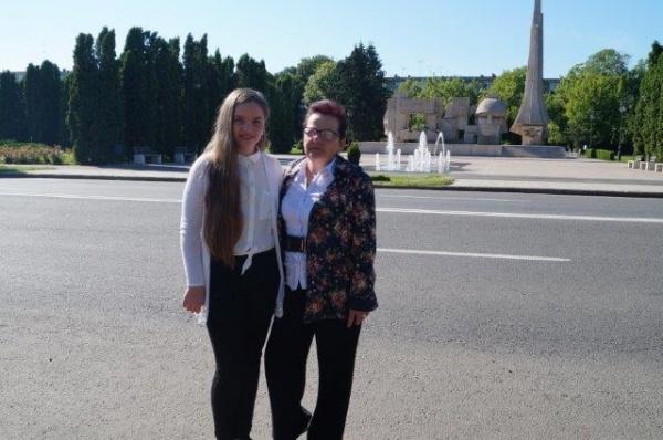 """Ariana Astalîş şi profesoara Mariana Vulcan, la concursul interjudeţean ,,Voci de Vis"""" din Oradea"""