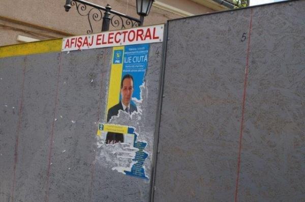 A  început distrugerea afişelor electorale. Poliţia Locală nu a văzut nimic
