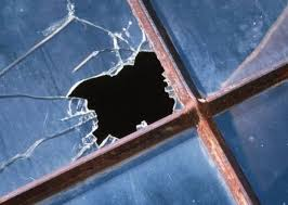 Neînţelegeri lăsate cu geamuri sparte la Căpleni