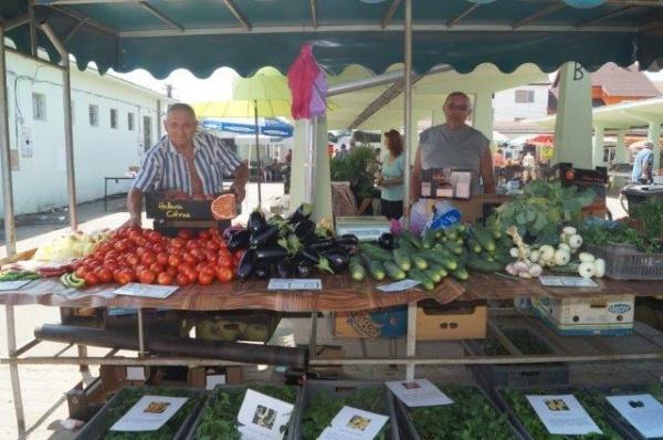 Fructe, legume şi haine în Piaţa Agroalimentară Carei