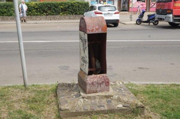 Borne kilometrice transformate în coşuri de gunoi la Carei