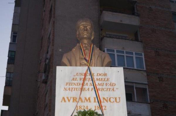 Avram Iancu, eroul național al ardelenilor stă la Carei pe un soclu deteriorat