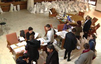 Încă se mai predau saci cu voturi la BEC Satu Mare