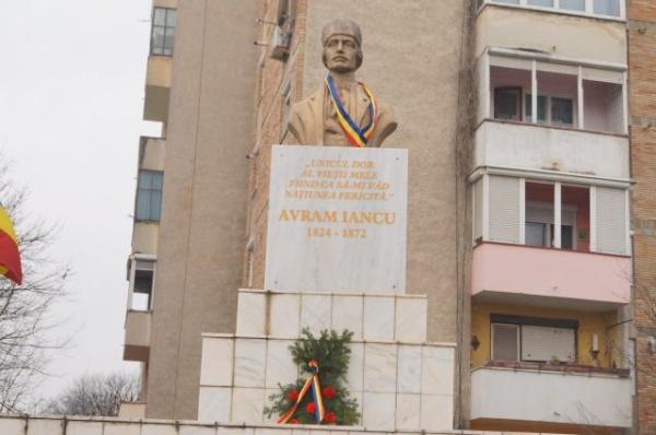 Tricolor la Bustul lui Avram Iancu din Carei