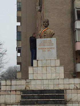 Specialiştii recomandă reabilitarea  soclului pe care stă Eroul Naţional Avram Iancu