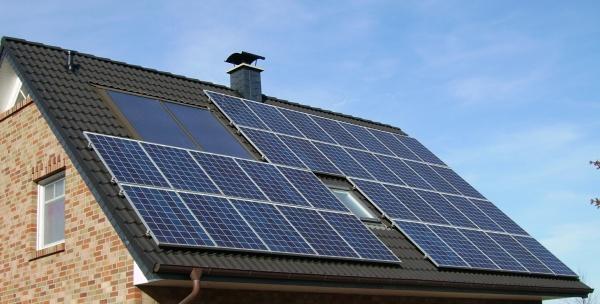 Cine are panouri solare pe casă nu va putea să câștige bani livrând energie distribuitorilor ci doar să-și reducă facturile de consum