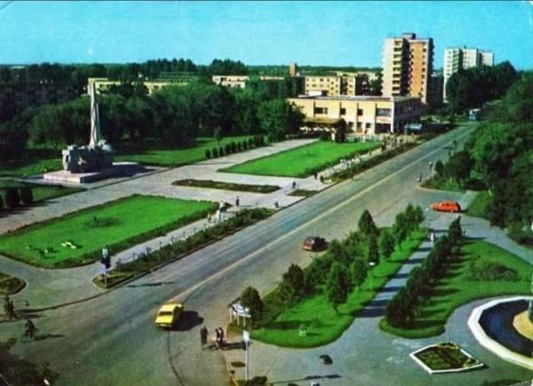 Planul de împădurire al Primăriei pentru ascunderea simbolului românesc Monumentul Ostaşului Român a dat roade. Carei 1988 vs. Carei 2017