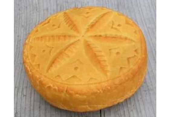 """Simbolul """"Floarea Vieții"""" de pe porțile maramureșene imprimat pe brânza produsă de către oierii vlahi din Carpații Păduroși polonezi"""