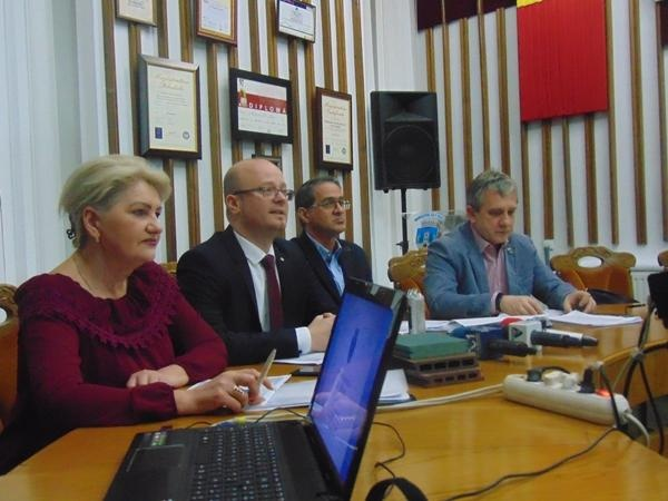 Primarul Kereskényi Gábor a făcut conferinţă de presă pentru prezentarea bugetului încă din 15 februarie. La Carei Primăria se ascunde după  presa aservită