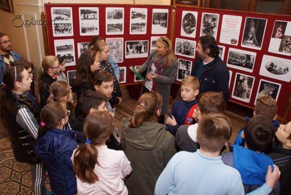 Expoziţie de fotografie dedicată Familiei Regale la Carei diferită de cea a figurilor de ceară. Îmbrăcămintea care face diferenţa