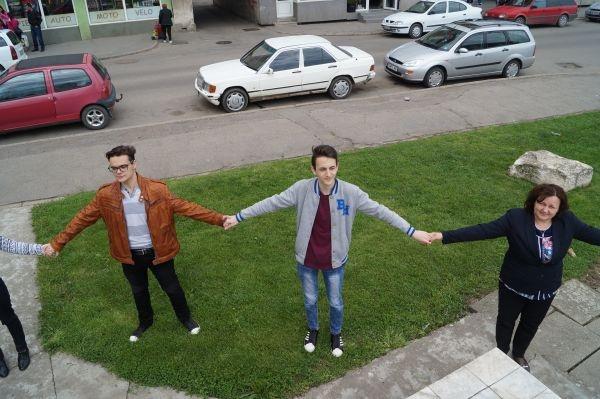 Elevii careieni au format un lanţ uman în jurul bustului lui Avram Iancu