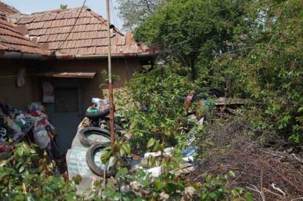 Buletin de Carei solicită ajutor  pentru degajarea unei case de gunoaie