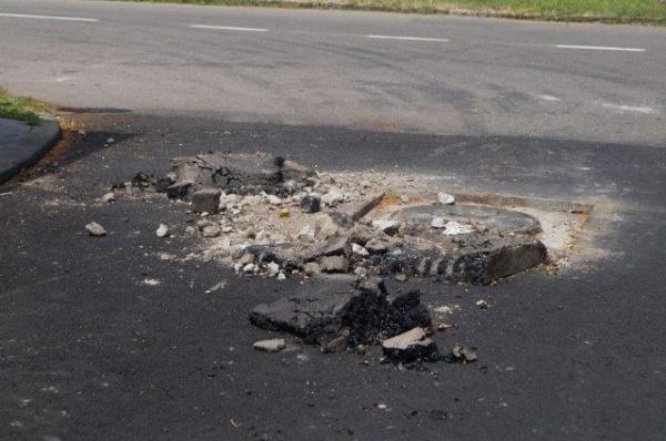 Carei 2017. Se topeşte asfaltul la lucrările lăsate de izbelişte. Unele sunt nesemnalizate