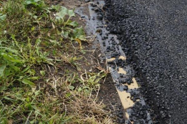 Aşa se asfaltează la Carei trotuarele pe strada Uzinei şi aşa la Satu Mare pe drumul Careiului