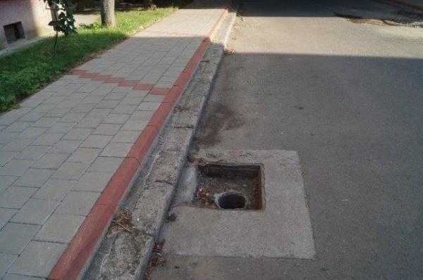 Atenţie! Gură de canal neacoperită pe strada Regele Ferdinand din Carei