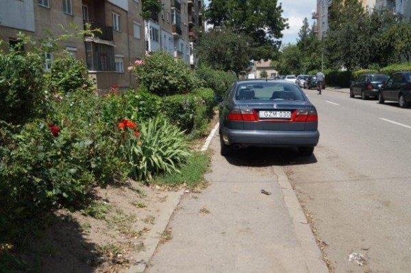 Strada Zăgănescu şi parcările pe trotuar sau pe spaţiul verde