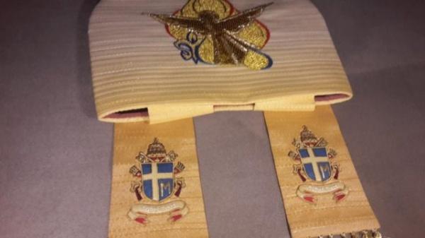 Legături de taină între tricolorul românesc de pe mitra Papei Ioan Paul al doilea și oierii vlahii din Carpații păduroși polonezi