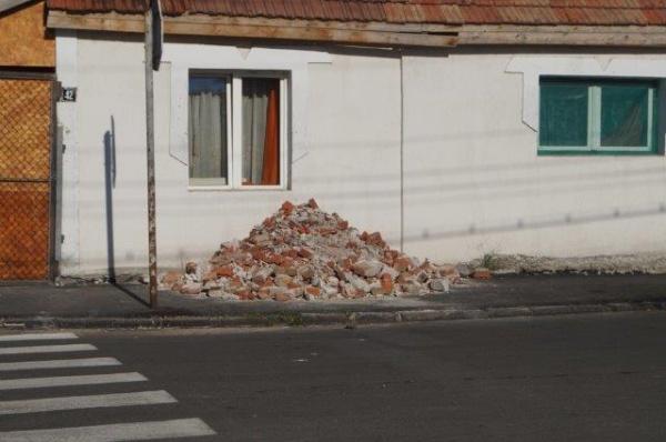 Haos! Moloz şi gropi pe străzi recent asfaltate în Carei