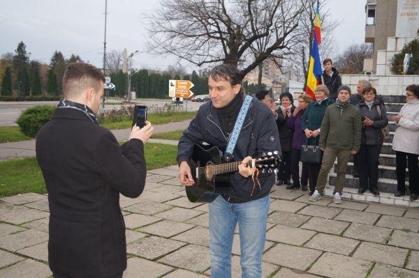Andrei Păunescu a revenit la Carei. Moment folk în faţa bustului lui Avram Iancu