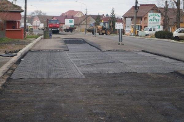 La Carei se repară drumul recent consolidat şi asfaltat
