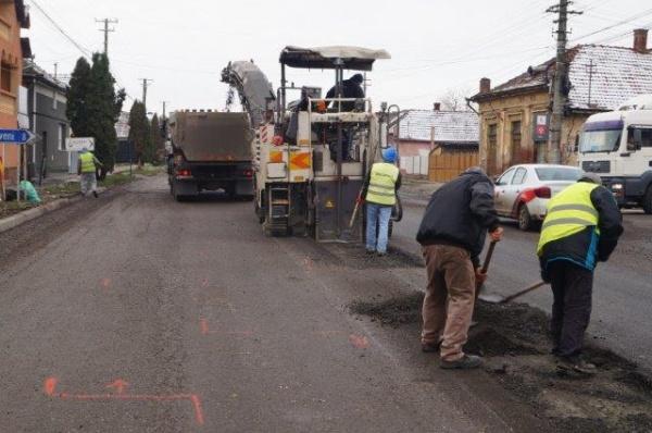 FLAGRANT! Moş Nicolae aduce careienilor reparaţii la drumul proaspăt asfaltat