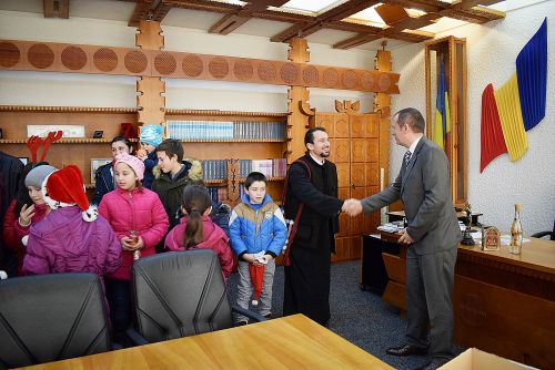 Colindători din Resighea la Prefectura Satu Mare