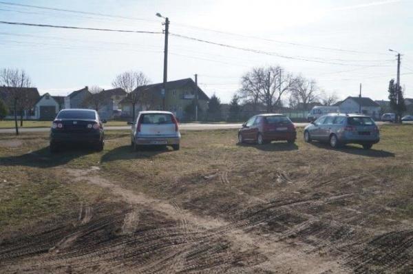 Piaţă de maşini sau doar parcare pe spaţiul verde din Carei?