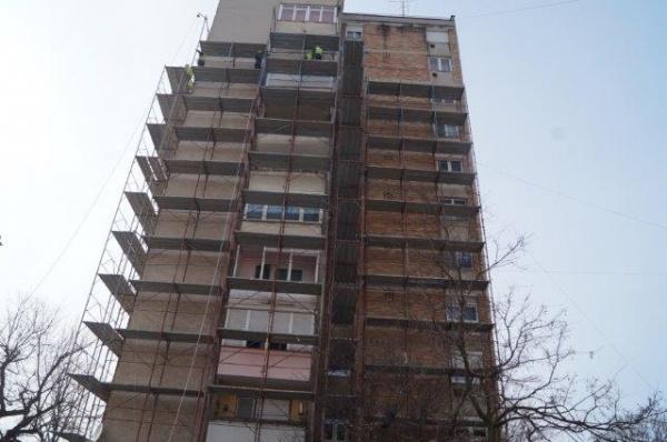 Se montează schelele pentru izolarea blocurilor turn din Carei