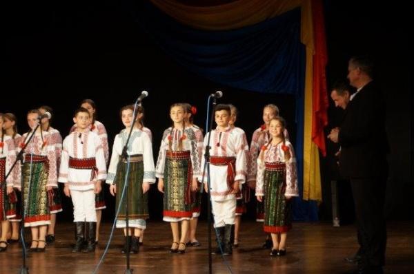 Funcţionar public din regiunea Cernăuţi demis din cauză că deţine şi cetăţenie română