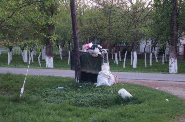 Stradă din prima zonă de impozitare din Carei. Container de gunoi uitat de Florisal Carei