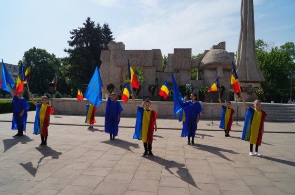 Depuneri de coroane la Monumentul Ostaşului Român înconjurat de tuia de peste 9 m înălţime