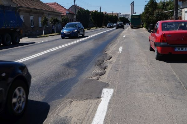 FACEŢI ceva cu strada Mihai Viteazu din Carei! Aşteptaţi un accident pentru a interveni?