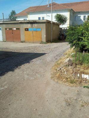 Se astupă gropile din faţa garajelor din cartierul Republicii