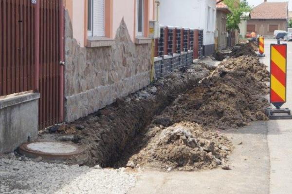 Incompetenţă sau bătaie de joc? La Carei se sparg trotuare asfaltate anul trecut!