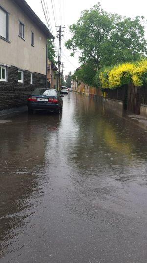 Strada Gheorghe Bariţiu din Carei după ploaie