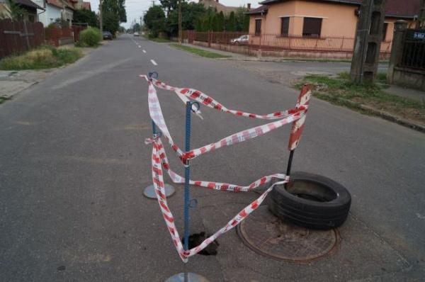 Se surpă asfaltul pe strada Nicolae Iorga din Carei