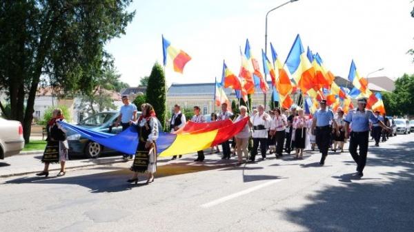 Am scos steagul românesc la vedere! Primul protest organizat în faţa Primăriei Carei
