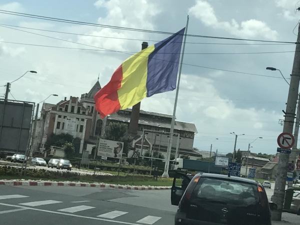 La Carei consilierii UDMR votează împotriva tricolorului. La Turda flutură cel mai mare drapel tricolor