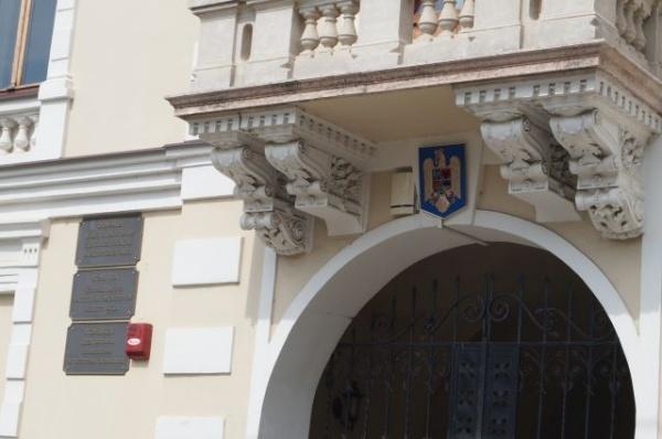 A apărut stema României pe Primăria Carei. Nu şi plăcuţele cu tricolor