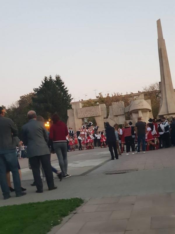 Tinerii maghiari din Carei sărbătoresc Balul strugurilor pe Monumentul Ostaşului Român