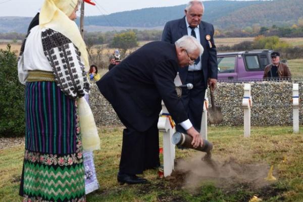 La Socond au lăcrimat şi pietrele. Eroii au fost omagiaţi cu o mână de pământ natal adus de aparţinători
