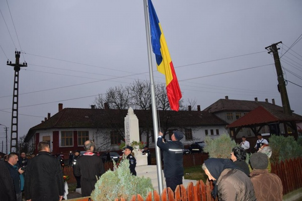 Catarg cu drapel românesc la Căuaş