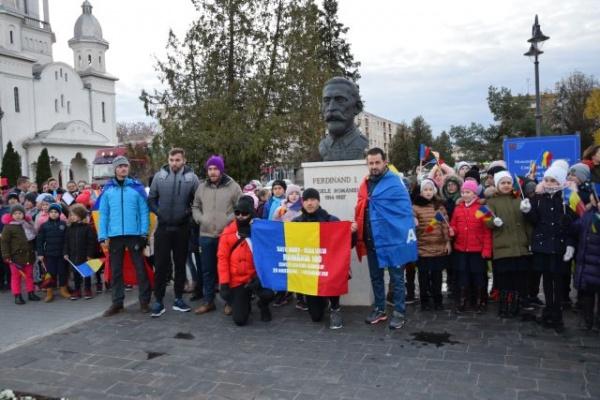 Au pornit spre Alba Iulia pe jos! Răzvan Nintaş şi Marius Bucureştean au format un grup cu care refac traseul din 1918